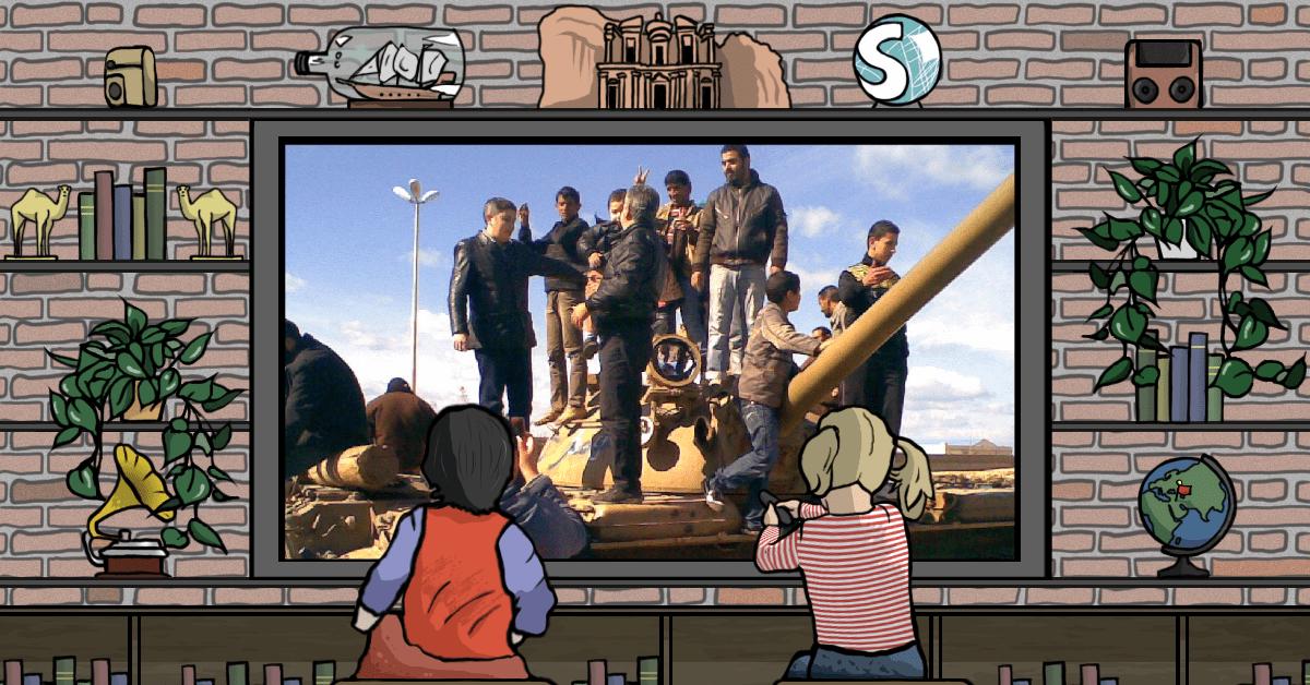 Alcune persone in piedi su un carro armato durante la Primavera araba in Libia, che portò alla caduta del regime di Gheddafi