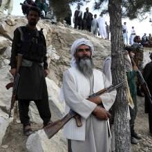 Un gruppo di militari delle forze di sicurezza dell'Afghanistan. In primo piano un uomo con la lunga barba bianca, in abiti tradizionali afghani, con in braccio un fucile automatico