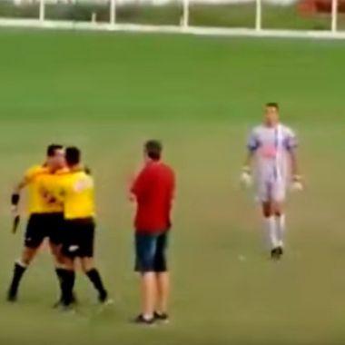 Ahora árbitro agrede a futbolista con una pistola en Brasil