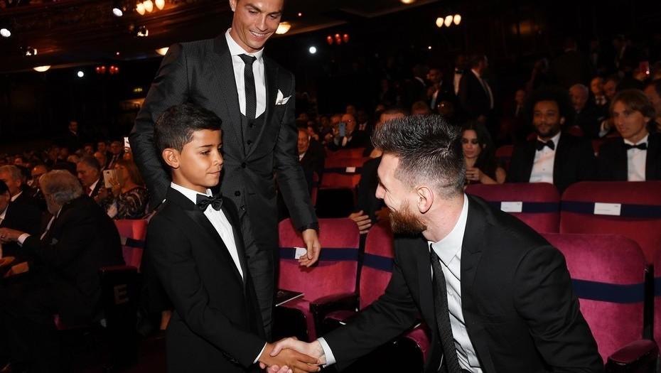 Lionel Messi, saluda, hijo, Cristiano Ronaldo, Cristiano Junior, su ídolo, entrega de premios. The best, FIFA