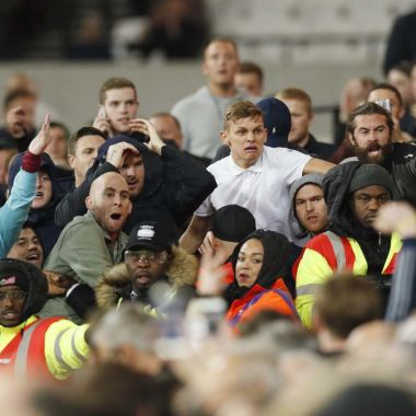 Aficionados, West Ham, llaman a emergencias, para reportar a su equipo, malos resultados, policía essex, contesta, twitter