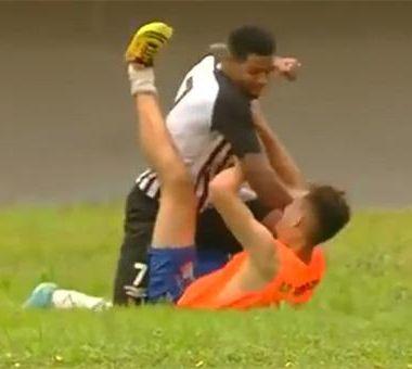 Jugador de Brasil da golpiza a recogebalones por celebrar un gol [Video]