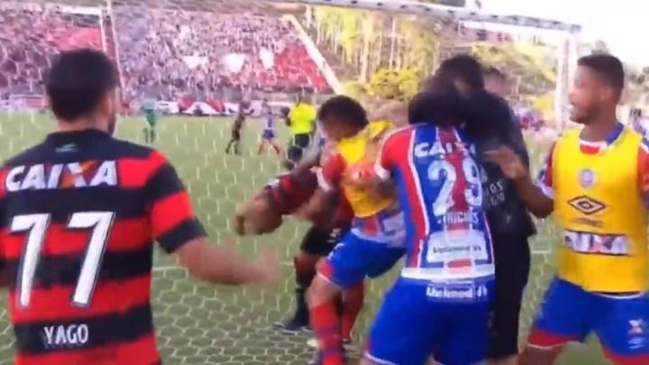 Clásico de la paz, 10 expulsiones, Brasil, Bahía vs Vitória, festejo, Pelea, Penal, Aficionados, Árbitro detiene partido, Falta de futbolistas