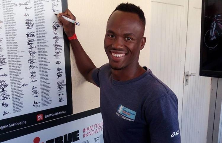 Mhlengi Gwala Sudáfrica Triatleta Cortar Piernas Motosierra