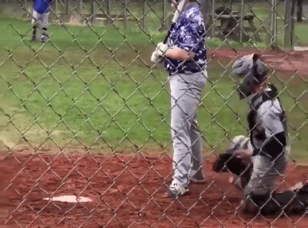 Joven sorprende jugando beisbol un solo brazo