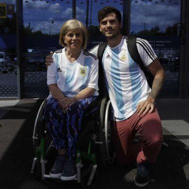 Nora espector y Emil Davisson con sus camisetas en Rusia. (Foto: AP)