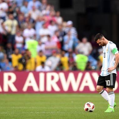 Lionel Messi Camina Cancha Gastón Fernández Pleyers