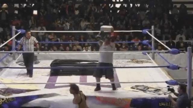Luchador Golpeó Tabique Suspendido Ángel Demonio