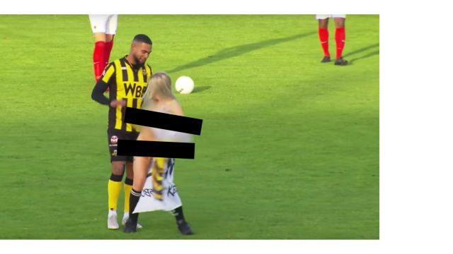 Stripper Invade Cancha Desnuda Rejunsburgse Boys Video Los Pleyers