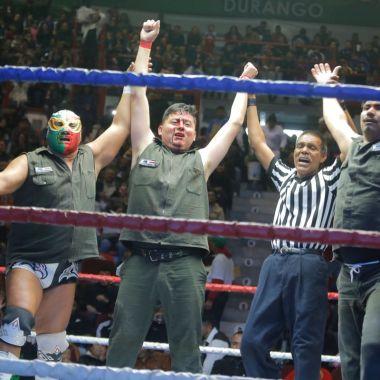 Gasolineros debutan en la lucha libre profesional ¡Y ganan!