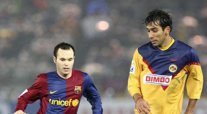 14/12/2006. Pipino Cuevas Dengue América Virus Los Pleyers, Nelson Cuevas disputa un balón con Andrés Iniesta.