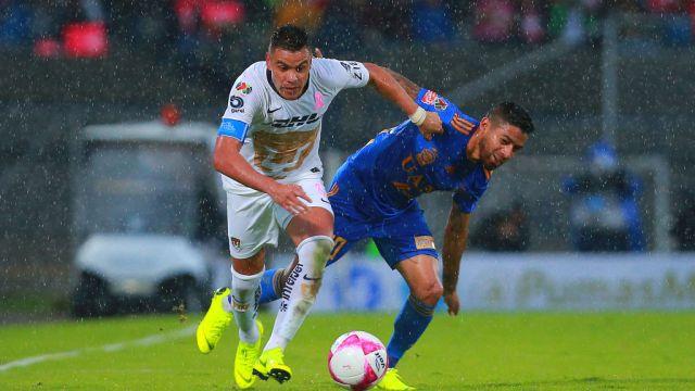 21/10/2018. Chivas Apertura 2020 Fichajes Gratis Los Pleyers, Pablo Barrera y Javier Aquino disputan un esférico.