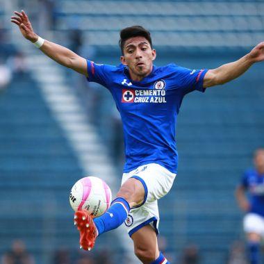 28/10/2017. Cruz Azul Ángel Mena Fichaje Regreso Los Pleyers, Mena en un juego con La Màquina.
