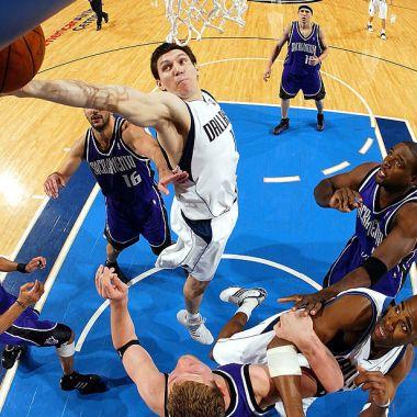 26/04/2004, Eduardo Nájera enfrentó a Michael Jordan en un juego de basquetbol de la NBA