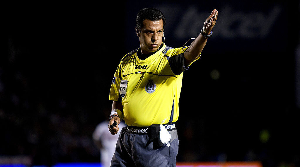 05/12/2010, Cristiano le regaló una playera a Armando Archundia tras ser árbitro de un Mundial