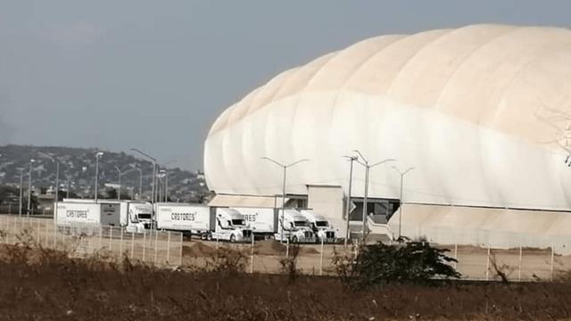 Mobiliario de Monarcas arriba al Estadio de Mazatlán 02/06/2020