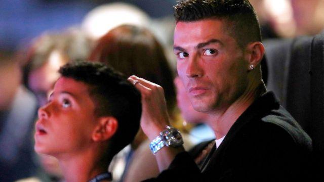 Comienzan una investigación a familia de Cristiano Ronaldo Jr. por dejarlo manejar una moto acuática 14/07/2020