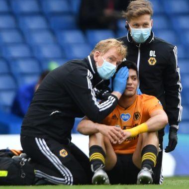 Raúl Jiménez sufre aparatoso golpe durante el Chelsea vs Wolves