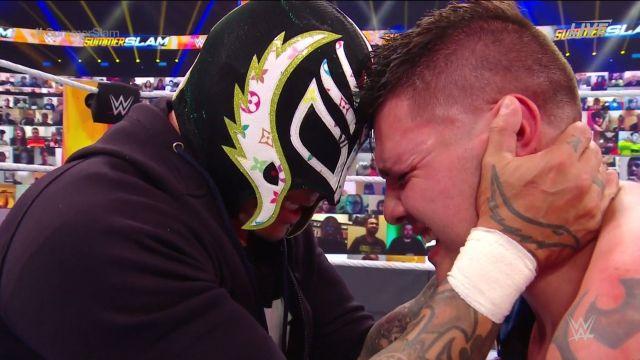 Seth Rolins pisotea cabeza de Dominik Mysterio en SummerSlam