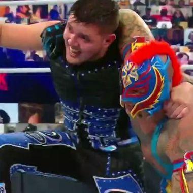Dominik Mysterio acaba de hacer historia junto s u padre, Rey Mysterio