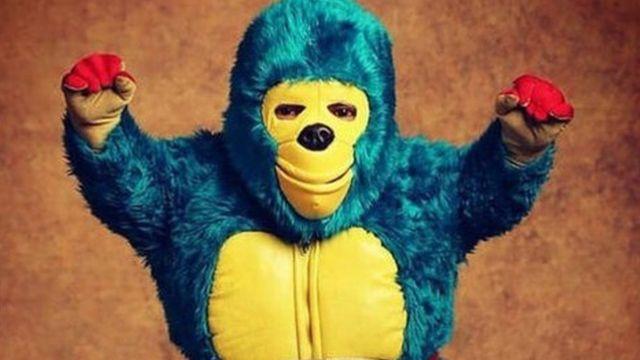 Kemonito vende muñecos y máscaras hechos con sus propias manos además de playeras y cubrebocas