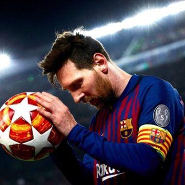 Lionel Messi toca uno de sus últomos balones con el Barcelona