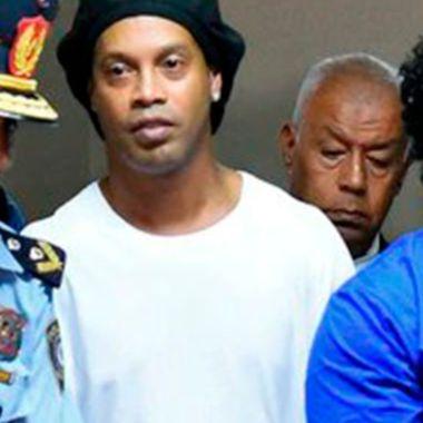 Ronaldinho y su hermano disfrutan de su arresto domiciliario en Paraguay acompañados de mujeres