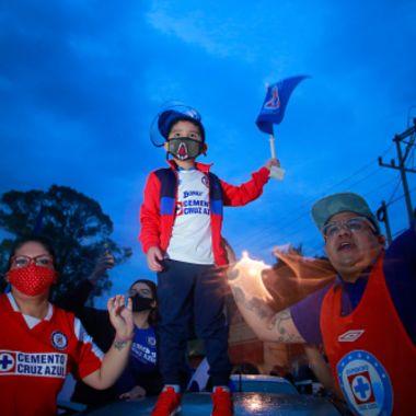 aficionados de cruz azul apoyando al equipo