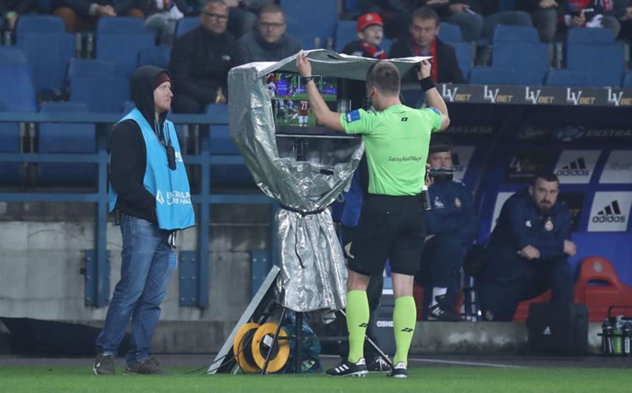 árbitro profesional usando el VAR