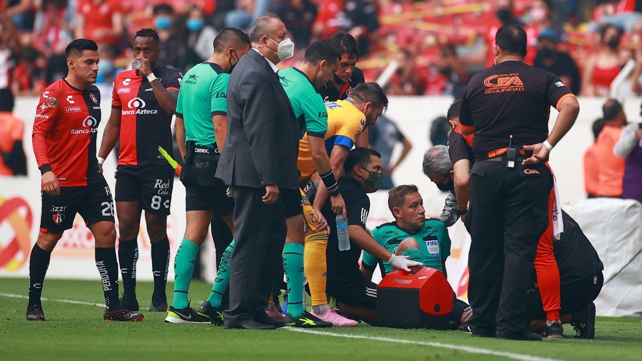 Árbitro lesionado durante Atlas vs. Tigres sufrió rotura de ligamentos