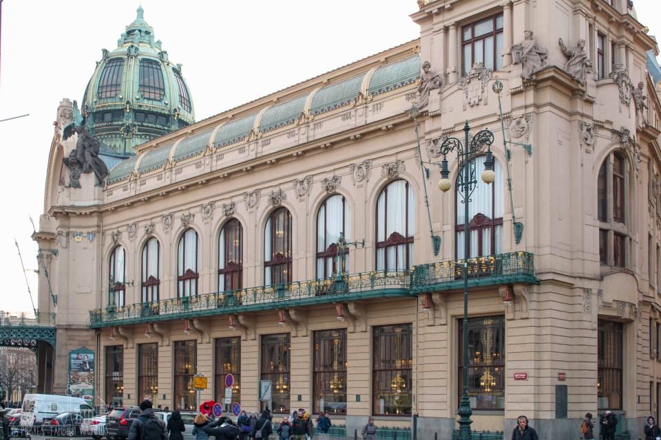 Edificio de la casa municipal visto desde su fachada izquierda, con la cúpula de tonos verdosos en la izquierda la imagen.