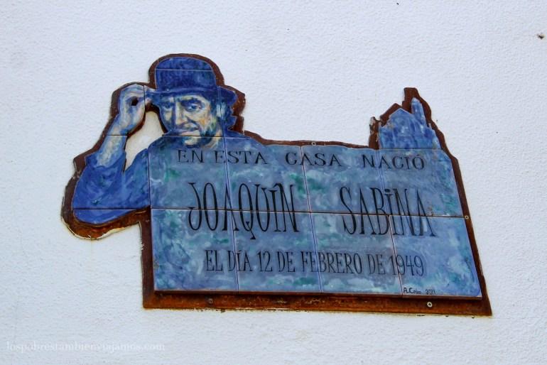 Placa en la pared con la silueta de Joaquín sabina en la que pone: en esta casa nació Joaquín Sabina el día 12 de febrero de 1949.