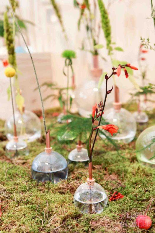 Merk Scandinaviaform vaasjes met losse bloemen, dit jaar nog steeds hot en happening. Gespot op showup event 2017
