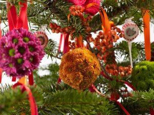 chrysant-kerstbal-decoratie-diy-met-losse-bloemen-van-bloemen-mooiwatbloemendoen.nl