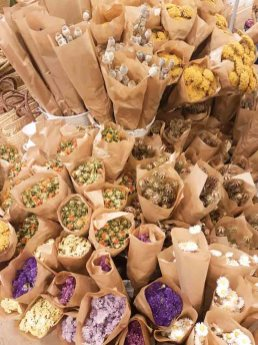 lossebloemen Kerstshoppen in hartje Utrecht losse bloemen dille kamille utrecht stad droogbloemen