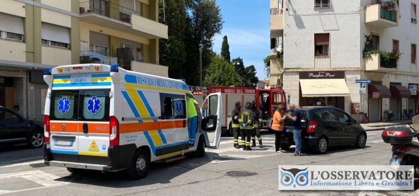 Livorno, auto a retromarcia investe donna anziana