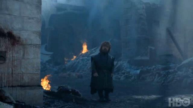 8x06-2 Tyrion observa las ruinas de Desembarco del Rey