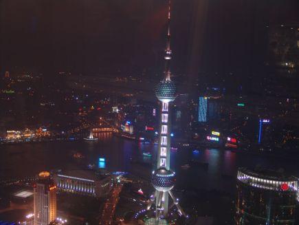 Blick auf den Oriental Pearl Tower bei Nacht