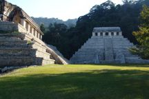 El Palacio (links) und Templo de las Insripciones