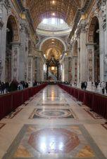 Blick durchs Mittelschiff von San Pietro in Vaticano (Peterskirche)