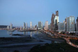 Die Skyline entlang der Cinta Costera