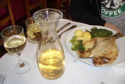 Gegrillter Fisch und Wein