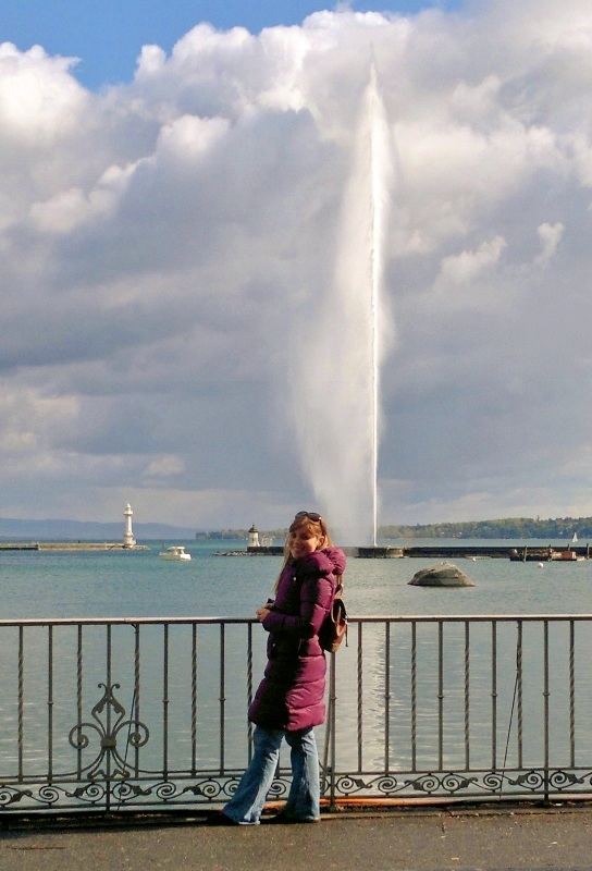 Sara in front of the Jet d'Eau in Geneva.