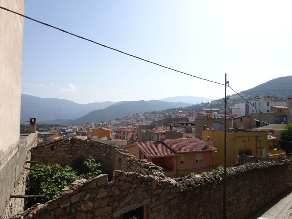 Strada montuosa per arrivare ad Orgosolo dal quale si vede il panorama