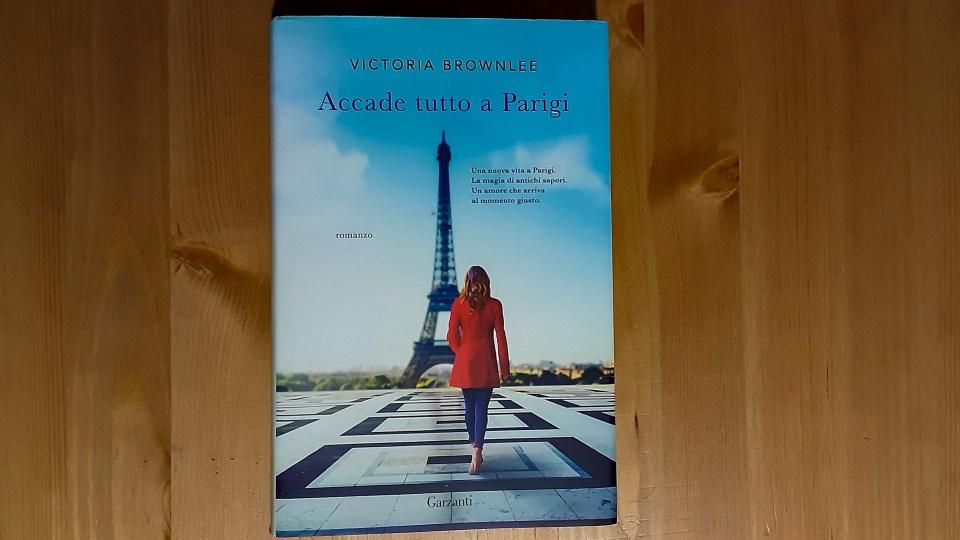 "Copertina di ""Accade tutto a Parigi"" di Victoria Brownlee"