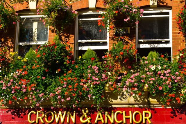 Dettaglio dell'insegna del pub Crown & Anchor in Covent Garden