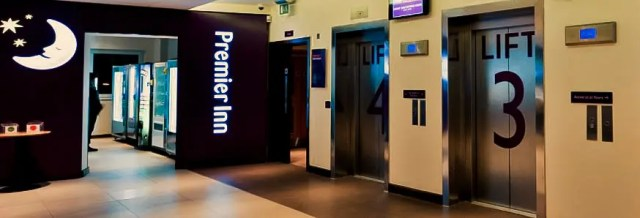 La reception con i quattro ascensori che portano alle camere del Premier Inn di Gatwick