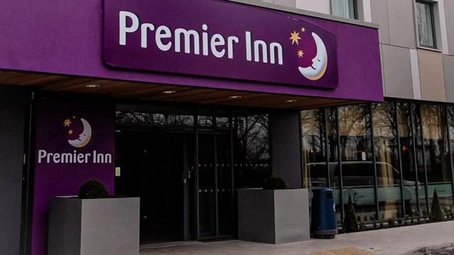 L'entrata del Premier Inn di Gatwick dall'inconfondibile colore viola e il logo della compagnia