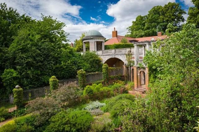 The Hill Garden & Pergola sembra un giardino segreto