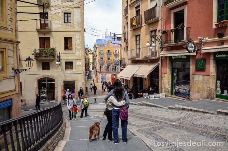 pareja abrazada en el casco antiguo de tarragona con calle empedrada